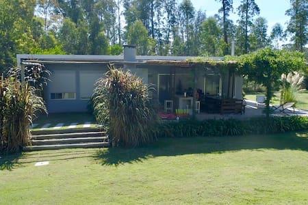 casita moderna con gran jardín