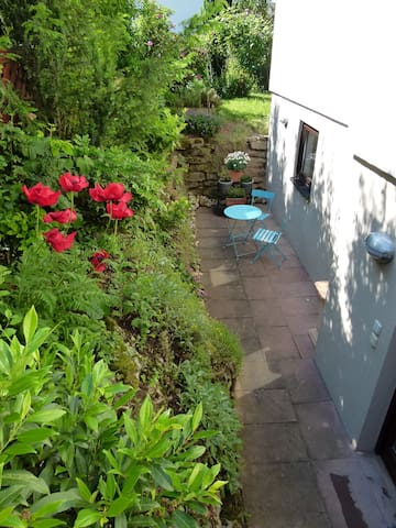 Blick auf den Steingarten mit Terrasse und Gartenmöbel