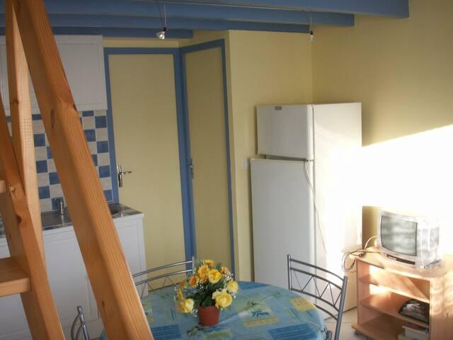 pièce principale : porte salle d'eau + porte toilettes
