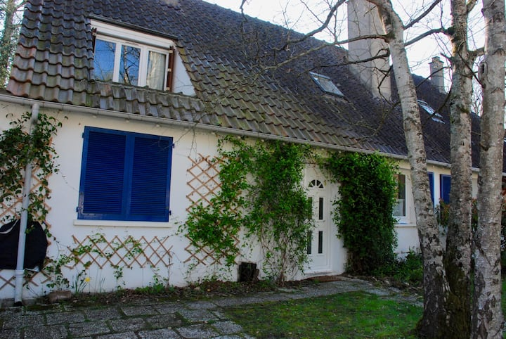 House with a big garden with trees 45km from Paris