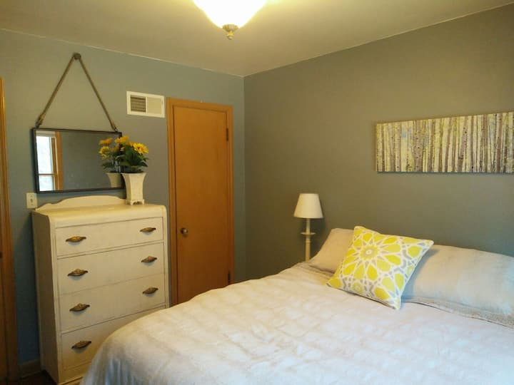 Adorable 1 bedroom lower in the grove