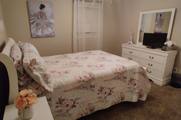 C. Chic, Cozy, Private Queen Bed room close to ATL