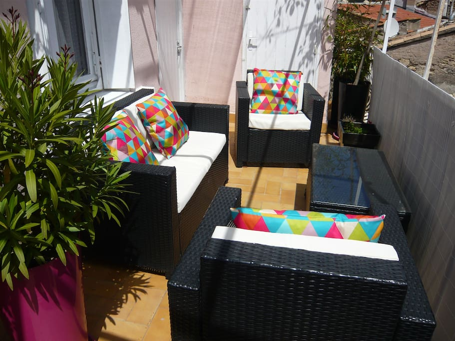 comfortable and sunny roof terrace to enjoy a coffee in the morning or evening apero