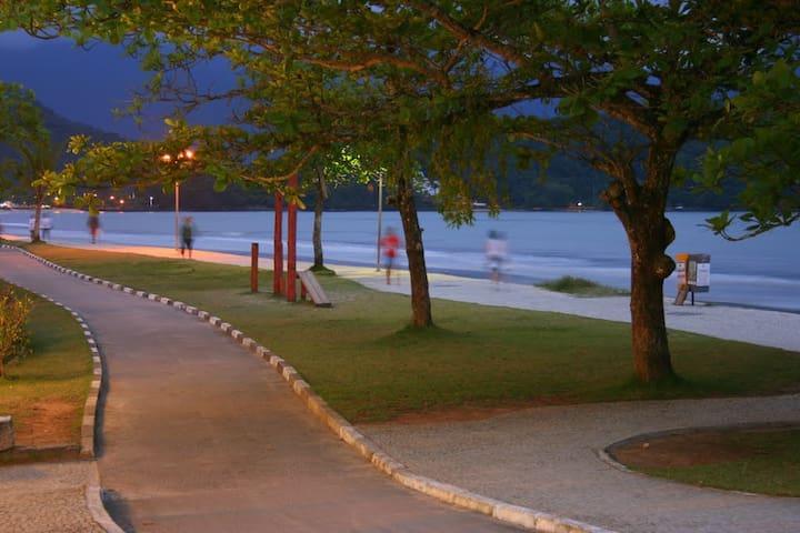 Orla da Praia do Itaguá (credito: mapio.net)