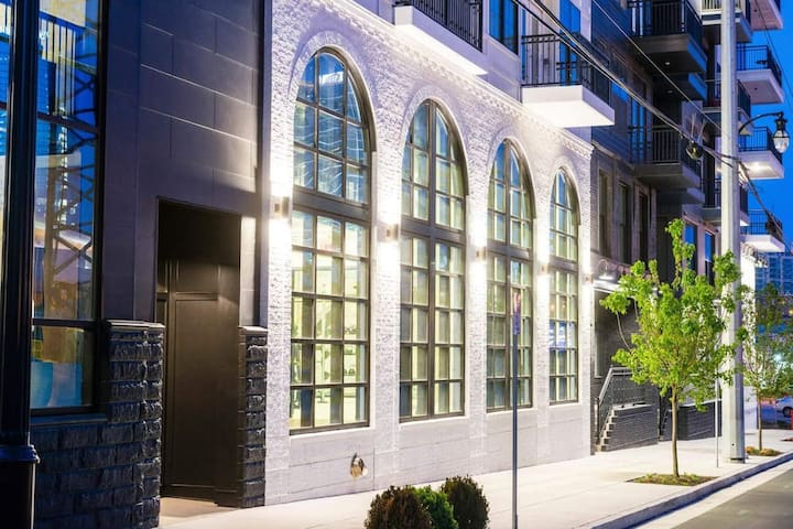 Luxe, Spacious and only steps away from Broadway!