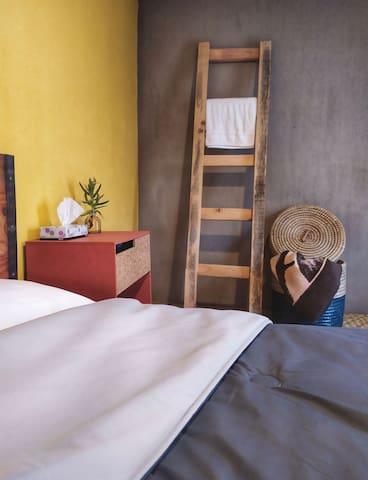 Amplia habitación dentro de casa compartida, ubicada en el centro de Aguascalientes. A 10min caminando a la plaza de toros. Cuenta con cama matrimonial, cajonera, gran espejo iluminado, frigobar, excelente iluminación y ventilación.