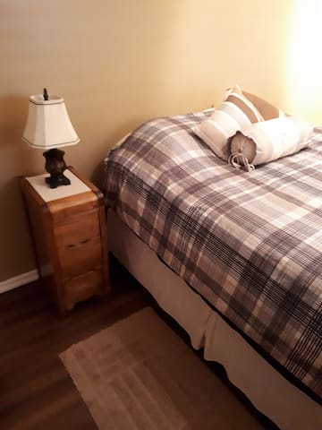 Quiet/clean bedroom with queen bed in Lafontaine