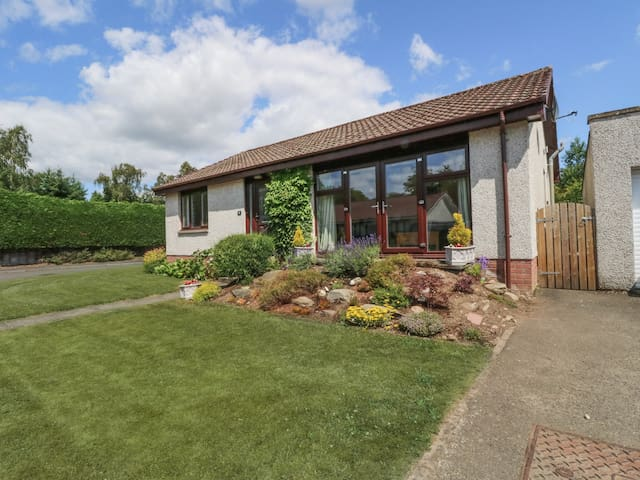 ISLA COTTAGE, pet friendly, with a garden in Blairgowrie, Ref 923681
