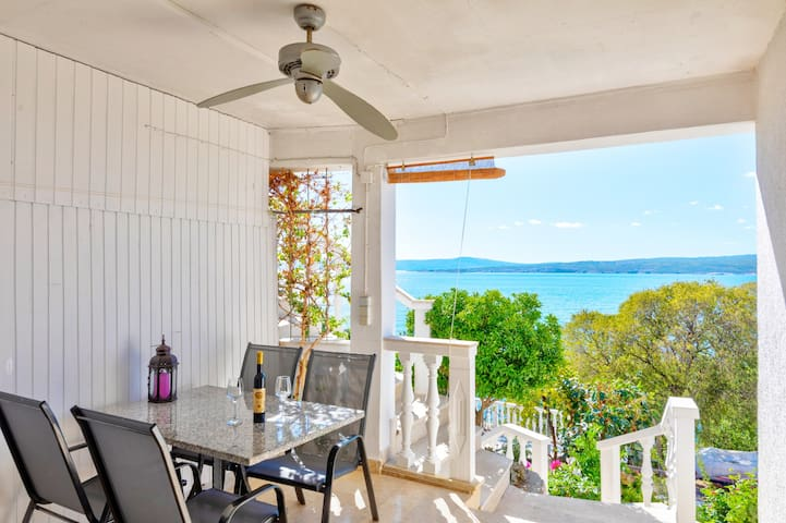 Studio with fantastic views directly on the sea