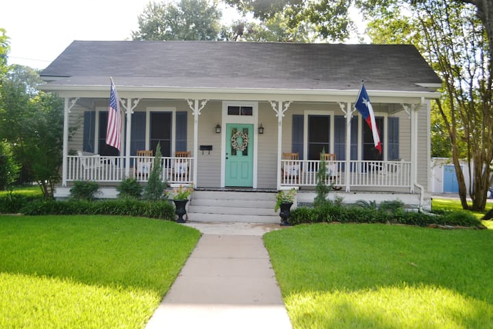"""Luxury"" Downtown Brenham Cottage Aggie '08"