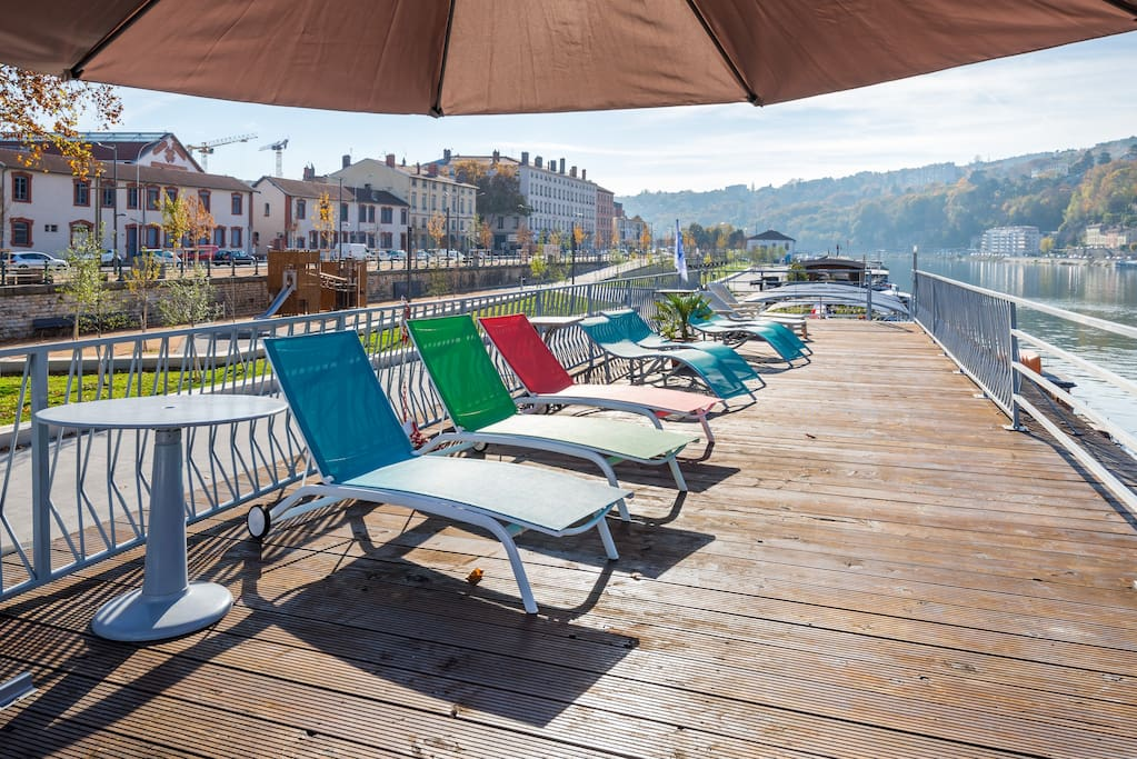 Le carre on a boat in lyon apartments for rent in for Big sur cabine e campeggio
