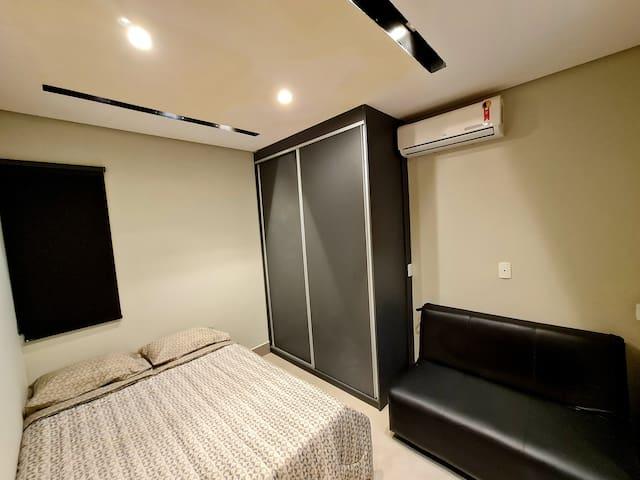 Dormitório, guarda roupa, sofá cama e ar condicionado