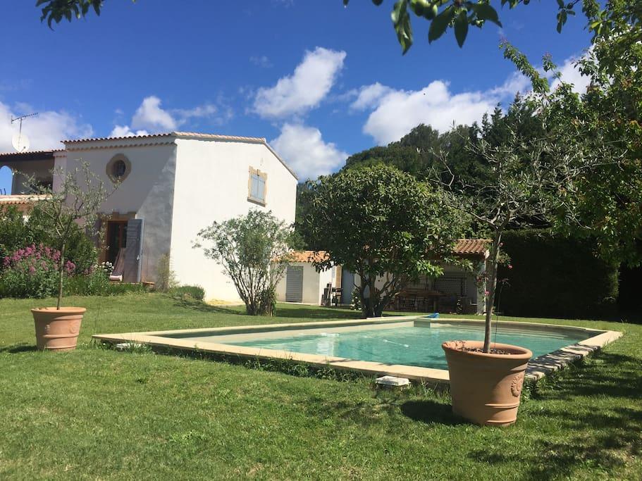 Villa de charme au calme piscine maisons louer for Astral piscine st cannat