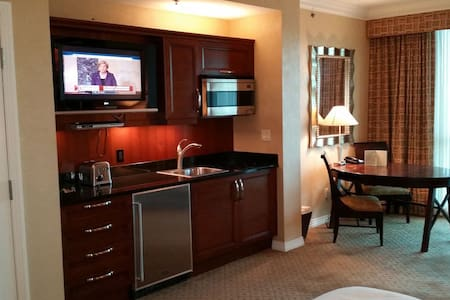 MGM Signature Jr Suite - No Resort Fee - Лас-Вегас