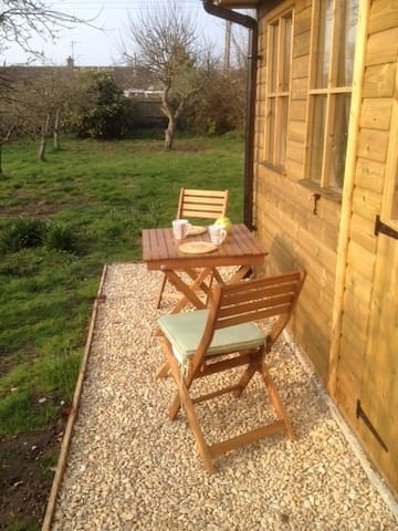 Cosy Cabin with wi-fi, 8 mins from Bristol Airport