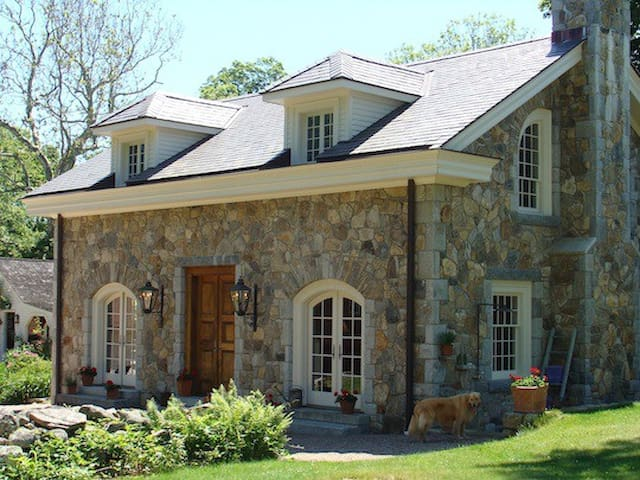 Country Stone Cottage…minutes to beaches/casinos! - 스토닝턴(Stonington) - 게스트하우스