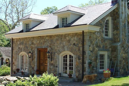 Country Stone Cottage…minutes to beaches/casinos! - Stonington - Konukevi