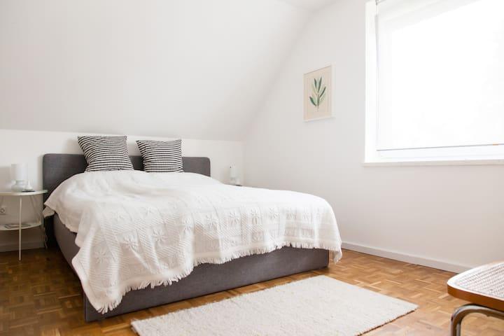 Im Schlafzimmer gibt es ein gemütliches Doppelbett (1,65 x 2,0m)