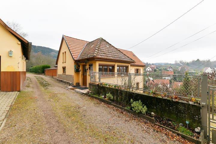 Sfeervol vakantiehuis in Neubois met privézwembad