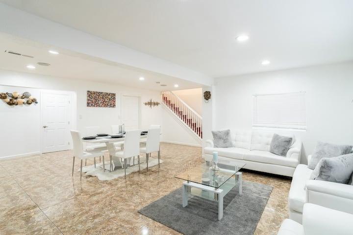 Modern Luxurious Home In Downtown 3 BDRM/2 BATH