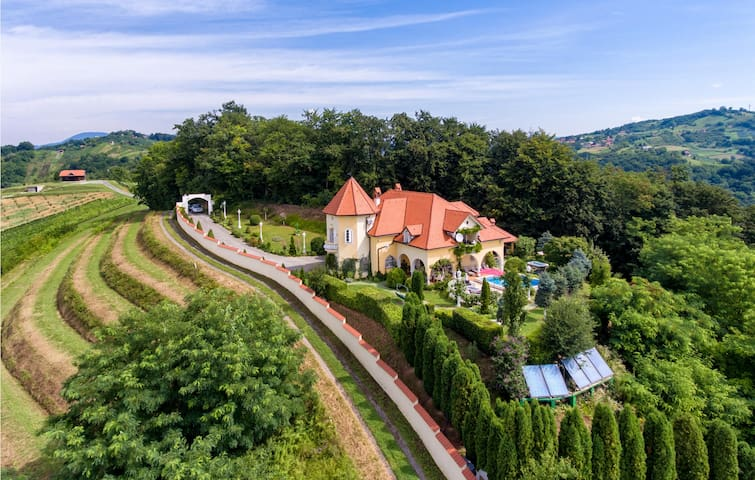 Amazing home in Sv.Kriz Zacretje with Jacuzzi, WiFi and 5 Bedrooms