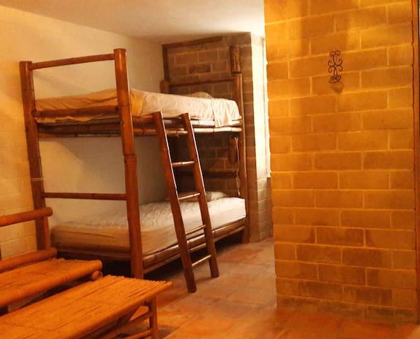 Vista sobre 2 de las 4 camas de cada cuarto del hospedaje