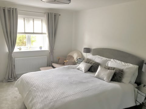 Spacious ensuite room on the edge of the Cotswolds