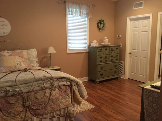 Beautiful Guest Suite in Haile Village Center