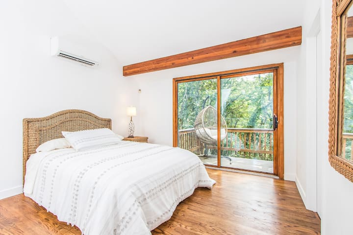 San Rafael is the master bedroom The floor above hosts one master bedroom with a bathroom and features floor-to-ceiling bay windows and skylights, letting in diffused daylight.     A