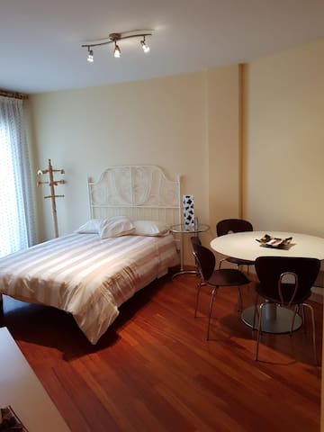 PRECIOSO ESTUDIO EN CASCO HISTÓRICO VuT (Phone number hidden by Airbnb)
