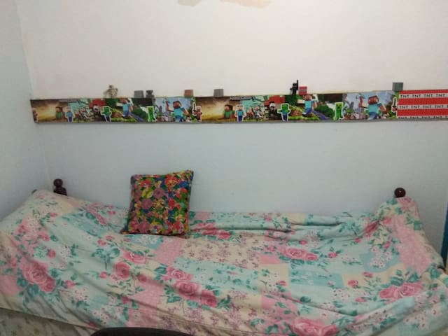 Quarto/Estúdio com cama de solteiro, TV LED, Wi-fi