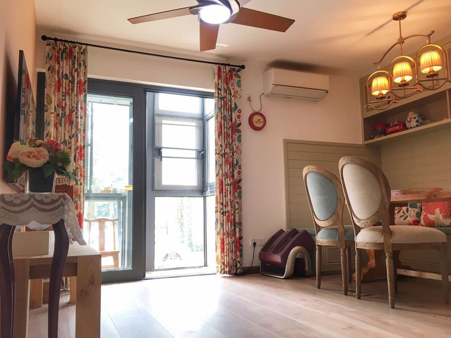 Sweet home brand new decorations half year ago! Center in Sea world ,but super quiet and comfortable for living , has a beautiful big garden ! Can park car brig kids ! Good for all families,lovers and single travelers! I can take you around if you need my help !
