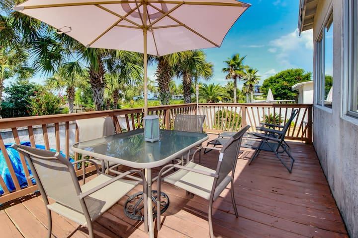 Beachside cottage with nearby ocean access, charcoal grill, cable and wifi!