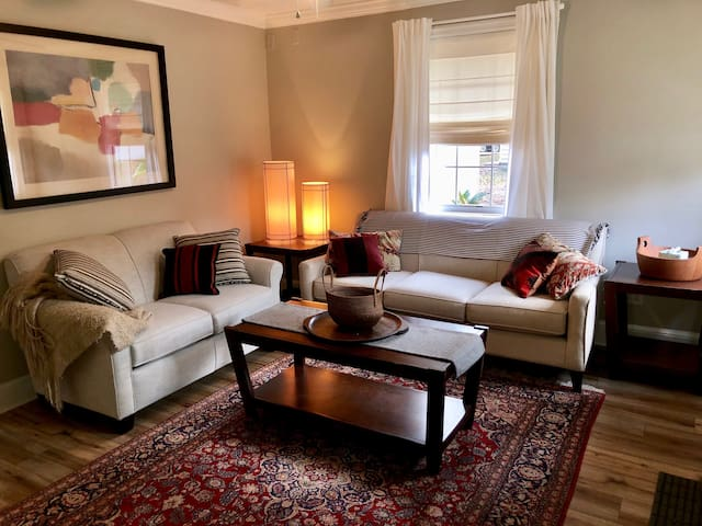Pet friendly Cottage- a mile from Parris Island