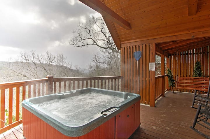 'Hills Hideaway' Sevierville Cabin w/Mountain View