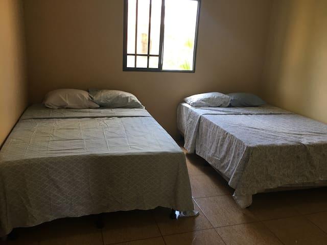 Una Cama en cada cuarto.  2 cuartos  1 Bed in each Bedroom. 2 Bedrooms