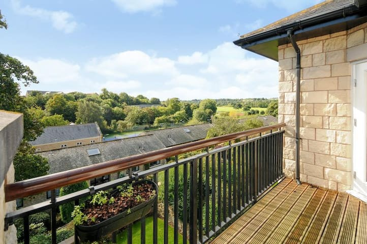 Spacious apartment with river view and parking - Wetherby