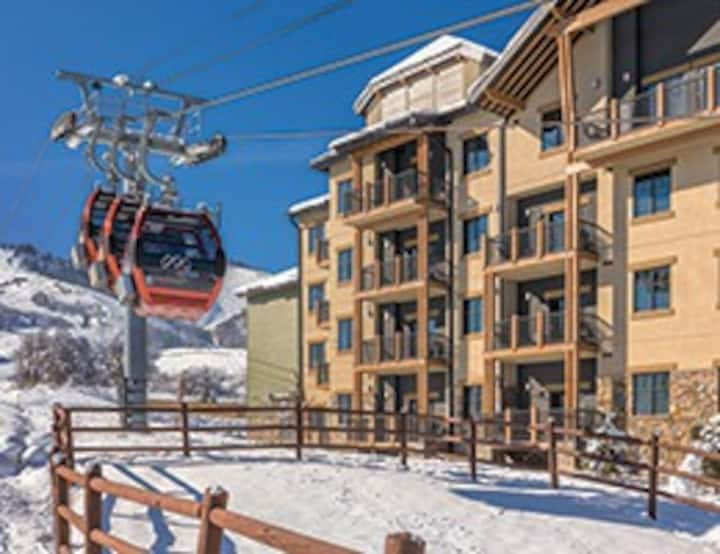2BR Ski In/Out Resort: Hot Tub+ Fireplace+Sleeps 8