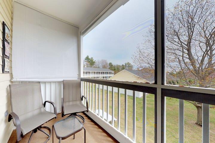 Studio w/ screened balcony & seasonal pool/pool table - near beaches!