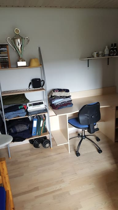 Skrivebord med 1 3/4 seng samt en skibsbriks i et meget lyst og rent værelse med udsigt til haven Desk with 1/3/4 bed and a boat dock in a clean light room overlooking the garden