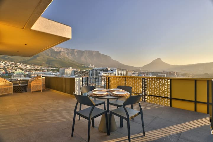 Breathtaking Penthouse Hotel style living Views!!