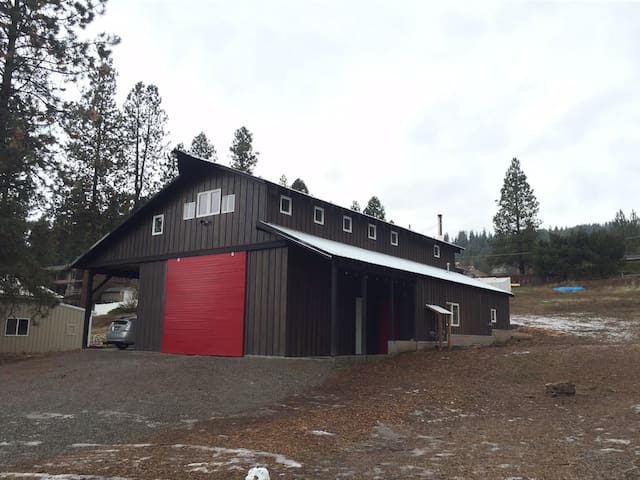 The Red Barn Door ~ Private, Custom Space - Coeur d'Alene - Apartmen