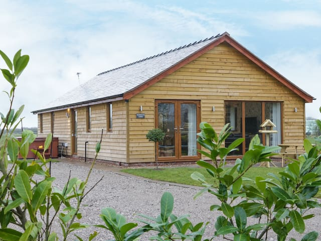 WOODMAN'S LODGE, family friendly in Nantwich, Ref 972094