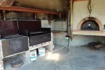 Griglie barbecue e forno a legna disponibili / Barbecues and wood oven provided