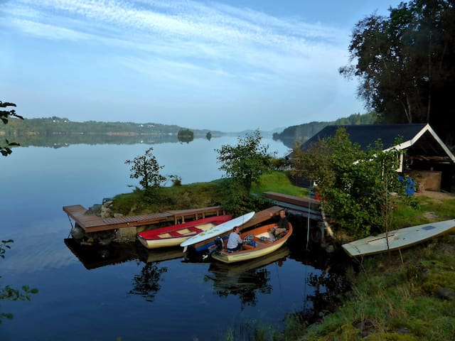 The harbor is located in beautiful surroundings completely for themselves. Here you can swim, fish, barbecue and borrow the rowboat. Helene and Knut and their other guests also use the harbor and boats sometimes.