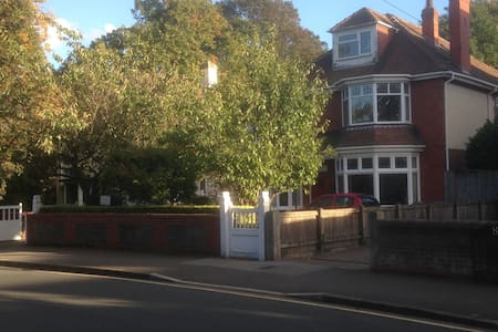 Double room, own bathroom/breakfast, close to uni - Hull - House