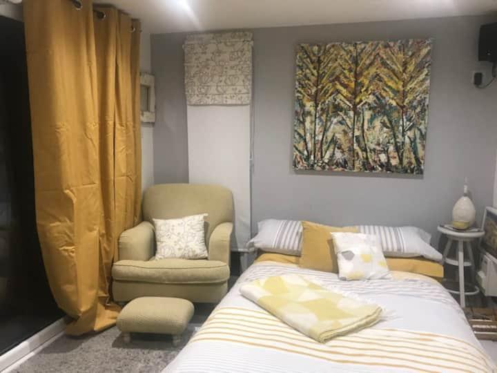 Light & Compact Outdoor Garden Room/ Cabin