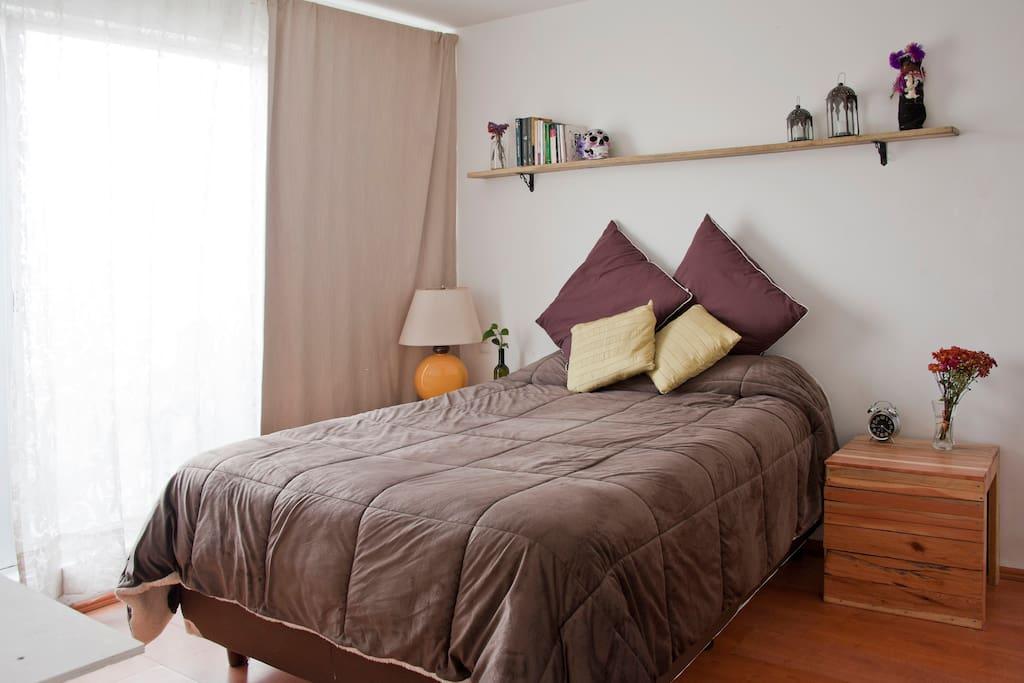 La habitación tiene su propio ventanal con balcón a la calle