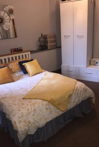 Lovely double bedroom in pretty City Centre flat