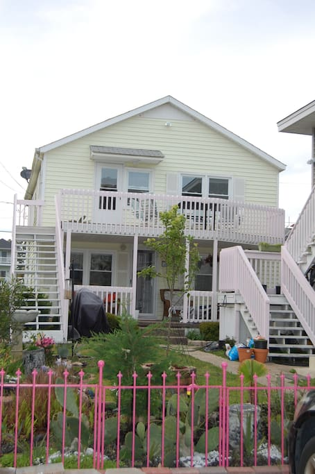 Deck and covered porch, cushioned furniture, great views. Gas/charcoal grill.